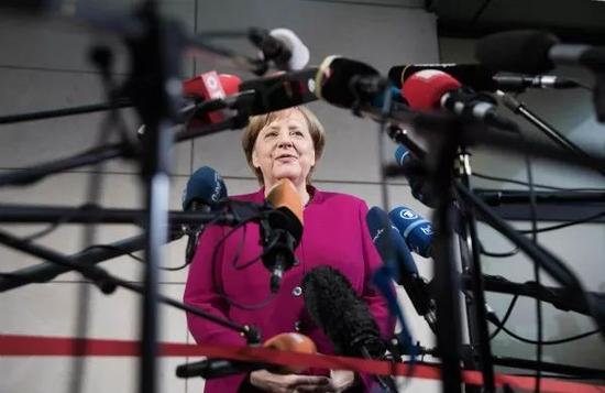 1月7日,在德国首都柏林的社民党总部,六合彩之大刀皇资料,默克尔在谈判开始前讲话。 新华社/法新