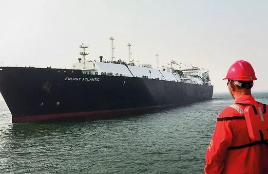 """(2016年,""""三桶油""""进口的LNG占中国LNG进口总量的98%。图/视觉中国)"""