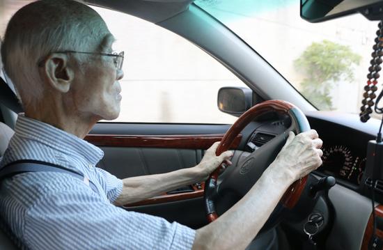 """若非亲眼所见,简直不敢相信这位可敬的""""司机""""已经88岁高龄了!"""