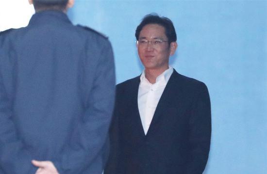 李在镕被关近一年后获释,强忍微笑