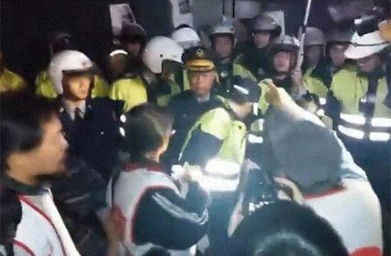 """抗议民众昨夜包围赖清德官邸,并试图闯入,继而与警方冲突。(图片来源:台湾""""中时电子报"""")"""