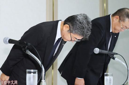 资料图片:2017年10月8日下午,神户制钢所副社长梅原(左)等人在记者会上鞠躬致歉。(图片来源:《日本经济新闻》网站)