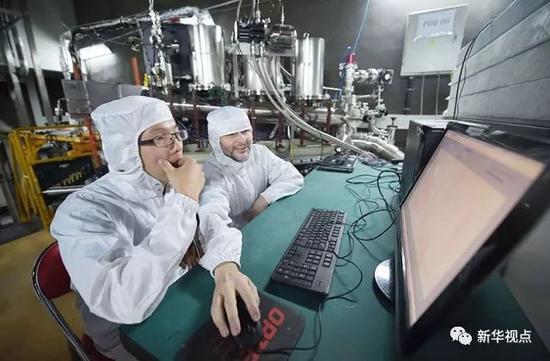 在地处四川南部地底2400米的中国锦屏地下实验室,PandaX实验组的研究人员对设备进行维护(2016年6月28日摄)。新华社记者 薛玉斌 摄