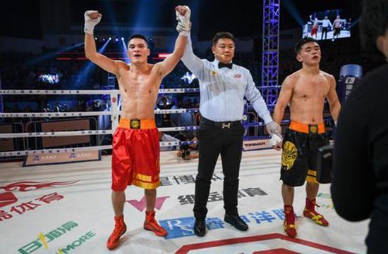 中国拳王赛在杭州举行,裁判一致判定高林志(左)获胜。