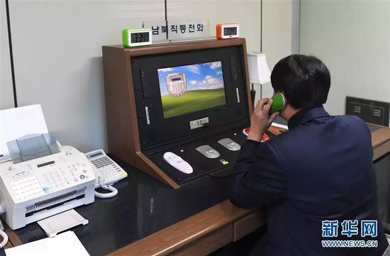 ▲1月3日,在朝鲜半岛中部的板门店,韩方工作人员通过朝韩联络热线与朝方联系。