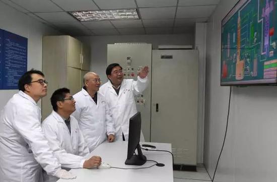 项目组部分成员在试验过程中讨论卢绍庆 摄