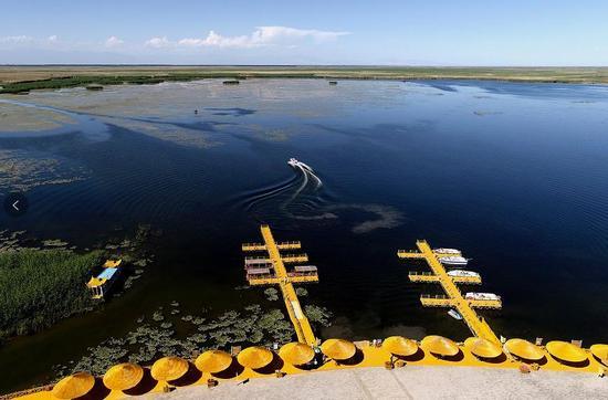 2017年6月10日,航拍新疆博斯腾湖阿洪口(莲海世界)景区。(照片来源:视觉中国)