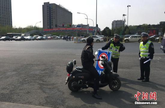 资料图:北京长安街及其延长线等10条道路,禁止电动自行车通行。中新网记者 李泊静 摄
