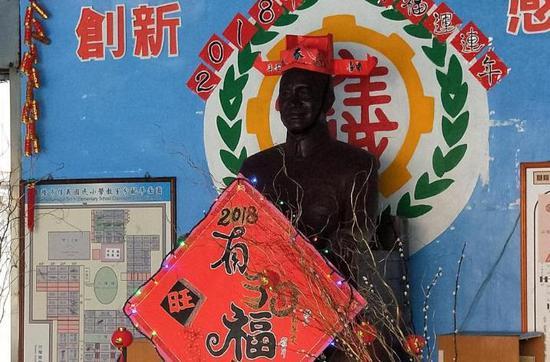 信义小学蒋介石铜像被打扮。(图片来源:台湾《联合报》)