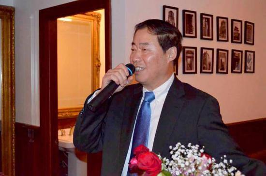 """2014年6月,谢菊宝在""""美国无锡商会""""成立一周年庆典活动上讲话。  本文图片均为新蓝网 资料图"""