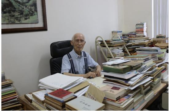 余光中先生在台湾中山大学的办公室,到处都是书。秦红摄。