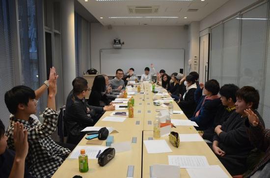 参考消息记者与日本东京经济大学学生座谈(栗本贤一 摄)