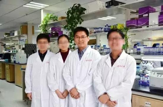李红良(右二) 武汉大学 图