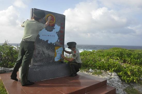 驻岛战士擦拭纪念碑。
