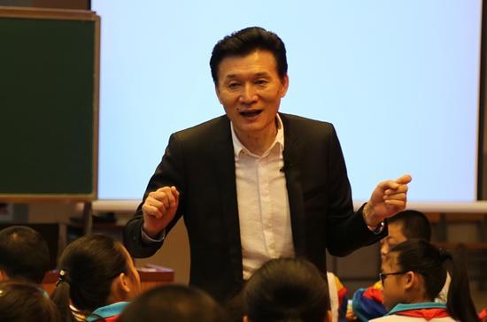 """去年8月份开始,王旭明自己上阵示范""""真语文""""教学,已在全国各地上了十多堂公开课。图为公开课现场。摄影/李文强"""