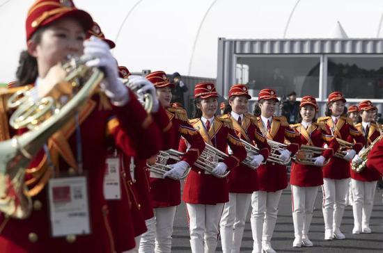 ▲2月8日,朝鲜拉拉队员在朝鲜体育代表团升旗仪式上演奏乐曲。