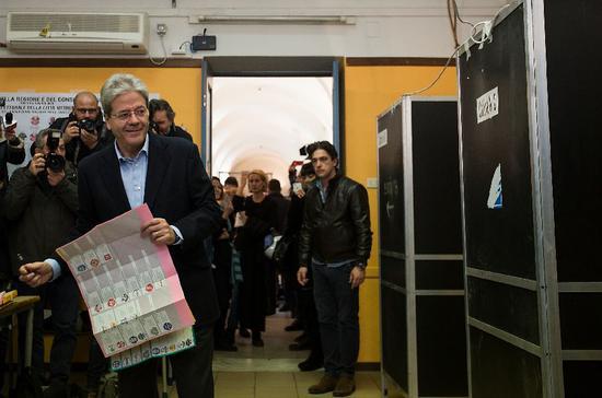 ▲ 3月4日,意大利总理真蒂洛尼在意大利罗马一处投票站投票。 图/新华社