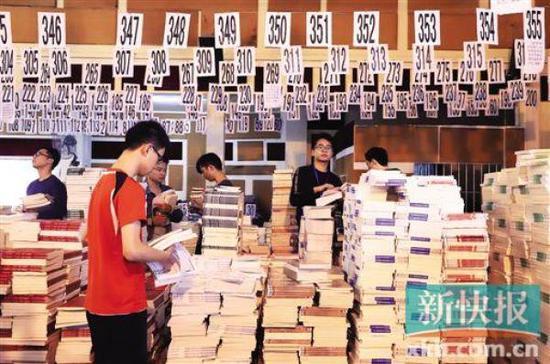 广大华软软件学院的学生正在扫码领教材。 新快报 图