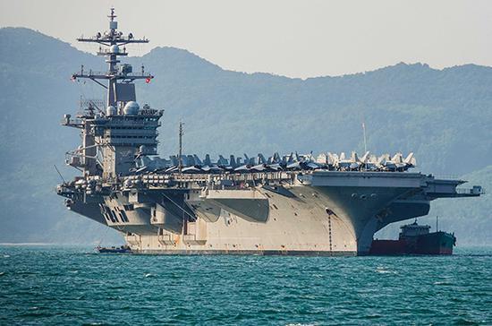 """当地时间2018年3月5日,越南岘港,美军航母""""卡尔文森号""""(USS Carl Vinson)载着5000名士兵抵达越南。 视觉中国 图"""