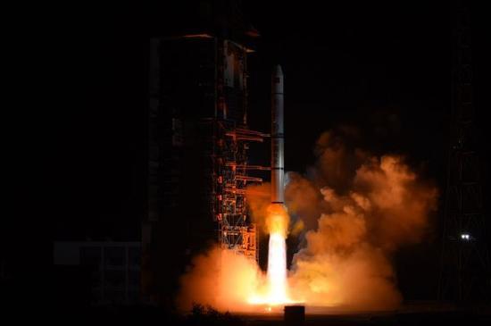 2017年11月25日2时10分,我国在西昌卫星发射中心用长征二号丙运载火箭,成功将遥感三十号02组卫星发射升空,卫星进入预定轨道,发射任务获得圆满成功。新华社发