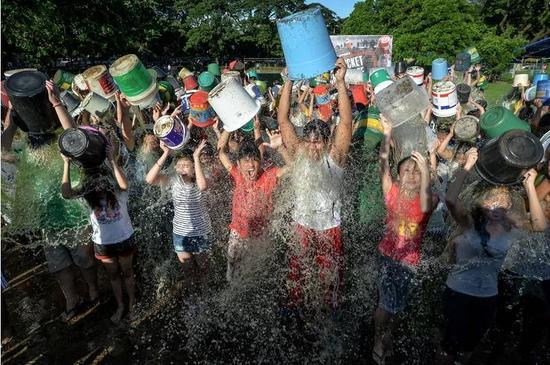"""▲2014年9月7日,菲律宾的一场集体""""冰桶挑战""""   图据《时代》"""