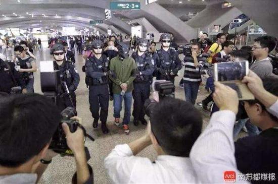 2017年1月6日下午,广州火车南站,疑犯被押解回广州。 南都资料图