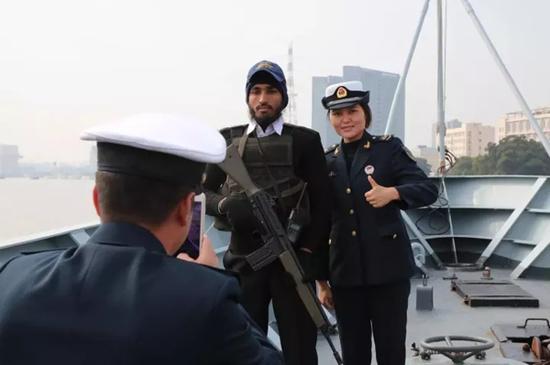 中方官兵代表参观巴舰并合影留念