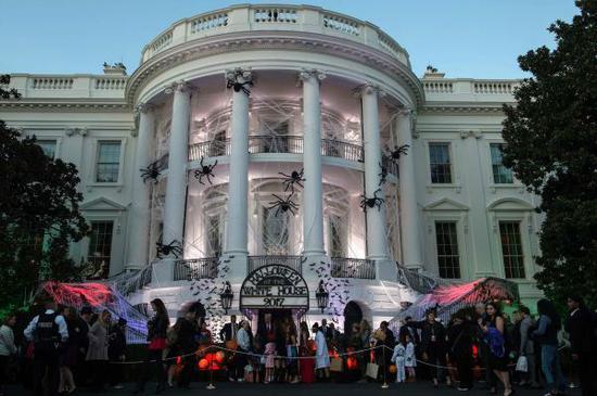 11月27日,在美国华盛顿拍摄的白宫外部圣诞装饰。(新华社)