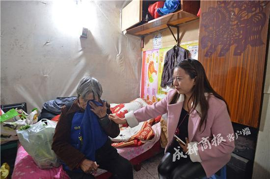 81岁老太捡垃圾养四条命 民政局将其纳入关爱援助