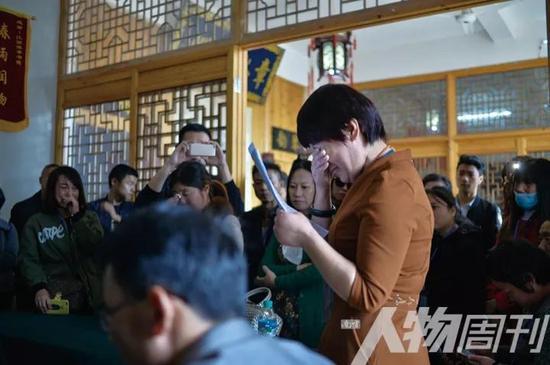 11月5日,一位家长在豫章书院开放日活动中哭诉自己孩子的遭遇