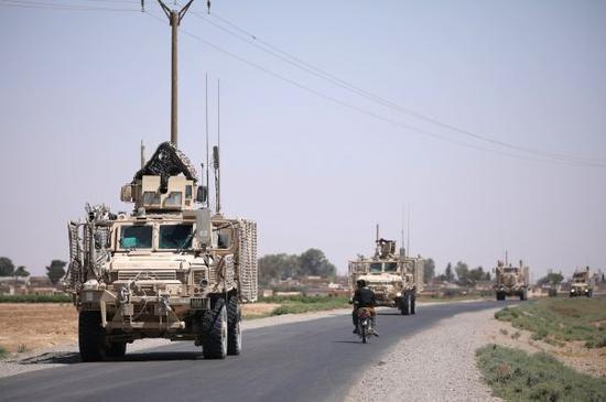 资料图片:2017年7月31日,美军车队在叙利亚拉卡行驶。新华社/路透