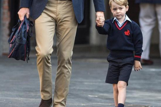 2017年9月7日,伦敦巴特西的托马斯学校,英国威廉王子陪伴着他的儿子乔治小王子。