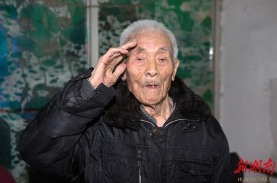 2016年10月,陈本初对采访他的记者致敬。 杨志富 摄