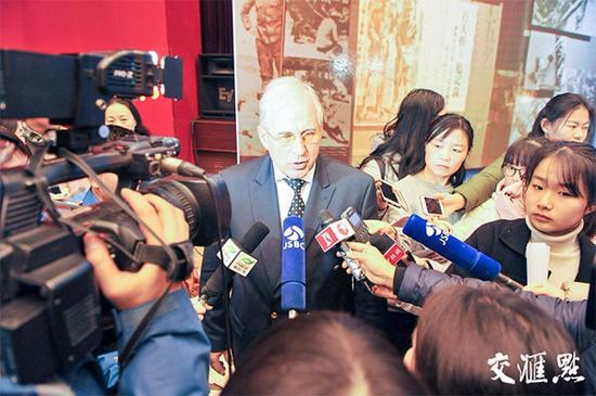 媒体采访托马斯·拉贝。