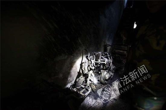 图:起火的电动车摄影记者 杨小嘉