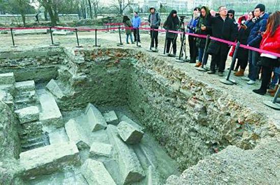 参观圆明园紫碧山房遗址发掘现场。 北京晚报 图