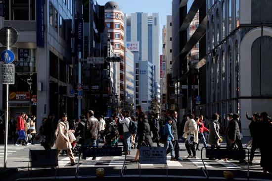 资料图片:2017年2月12日,在日本东京银座商业区,人们行走在街道上。新华社/路透