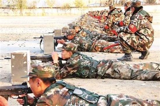 不服输的精神让新兵战士在训练中一丝不苟
