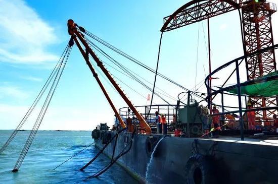 ▲福建湄洲岛首条110千伏海底电缆敷设成功。图为福建送变电公司海缆施工队在海上作业。