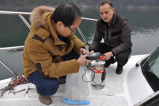 中科院生态环境研究中心技术人员在佛子岭水库取水点进行现场检测 吴佳潼 摄
