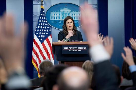 """资料图片:美国白宫1月2日继续对巴基斯坦发出强硬表态,要求巴方在反恐问题上""""付出更多"""",声称美方将在近期采取具体措施向巴方施压。图为2日白宫发言人桑德斯在华盛顿出席记者会。新华社/法新"""