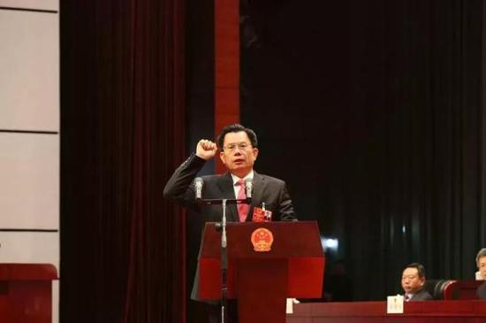 新当选的龙岩市监察委员会主任李成荣进行宣誓。