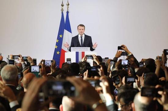 1月10日,北京,法国总统马克龙在法国驻华大使馆内发表讲话。视觉中国 图