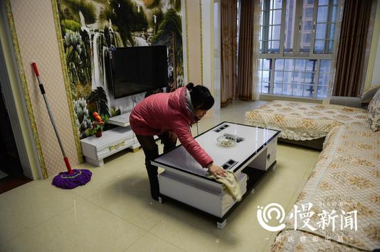 ▲刘金心在外打工,新房子基本没怎么住过。何小平经常会过来替他打扫清洁