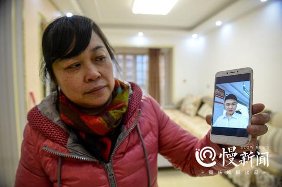 ▲刘金心的照片儿很少,何小平拿出他仅有的在外做工时自拍给记者看