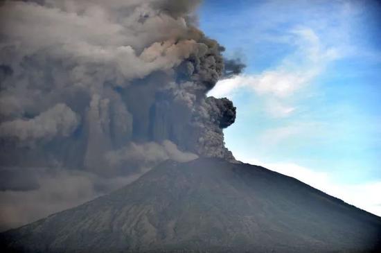▲当地时间2017年11月26日,印尼巴厘岛卡朗阿森,阿贡火山喷发(图片来源:视觉中国)