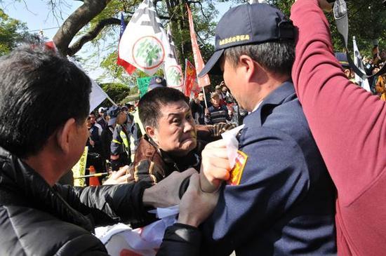 """现场抗议人士被警方围堵(图片来源:台湾""""中时电子报"""")"""