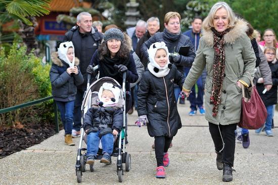 1月13日,游客在法国圣艾尼昂市博瓦勒野生动物园参观。(新华社记者陈益宸摄)