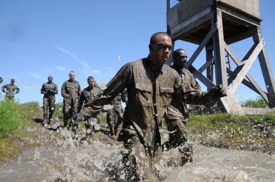 ▲资料图片:美国海军海豹突击队新兵进行体能训练。(中国网)