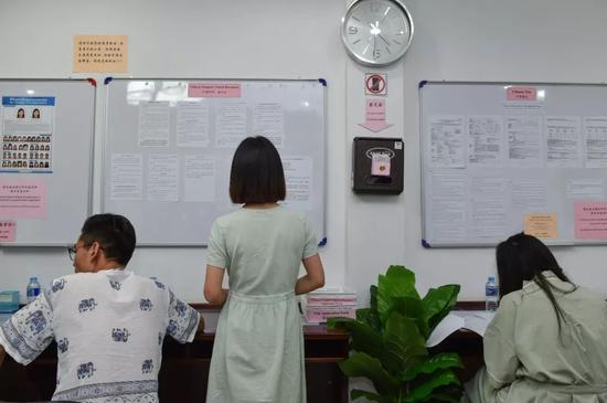 1月15日,几名在快艇爆炸事故中护照损毁的中国游客在中国驻普吉领事办公室填写个人资料,申请办理旅行证。新华社记者李芒茫摄
